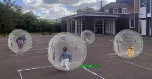 Déconfinement à l'école : les enfants protégés dans des boules pour hamster géantes
