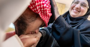 Boycott des produits français : le baisemain remplace le French Kiss dans les pays musulmans