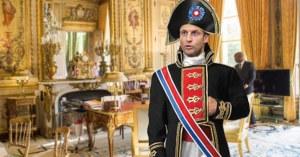 Macron déguisé en Napoléon pour célébrer le bicentenaire de la mort de l'Empereur