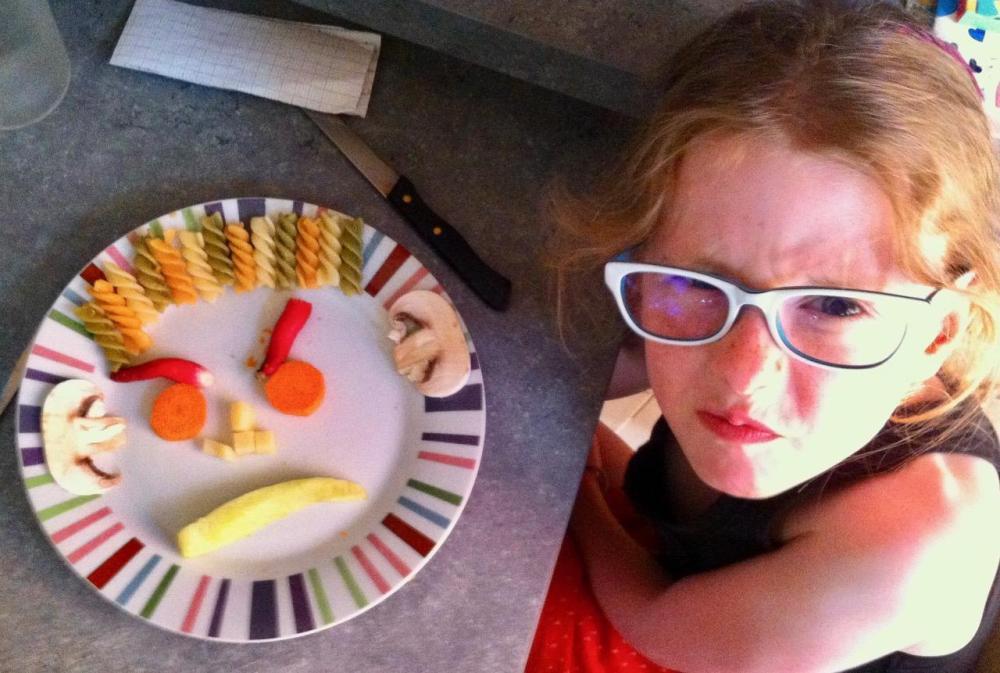 Mon enfant ne veut pas manger : jouer à la dinette pour rejouer la scène...