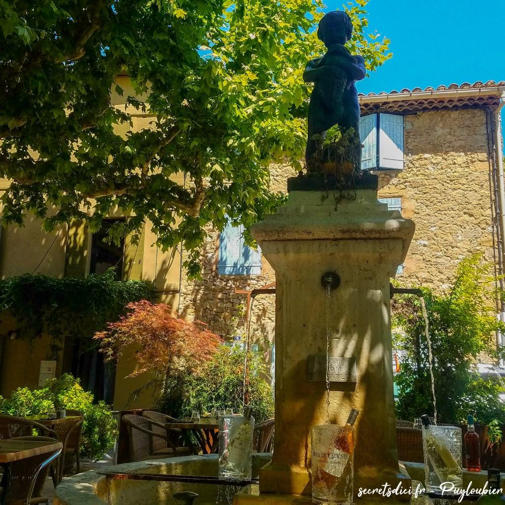 Fontaine de Puyloubier qui sert d'ornement aux repas servis au restaurant La Place.