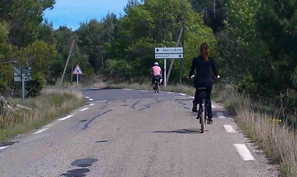 Balade en vélo électrique sur la route Cezanne, seule route classée MH de France.