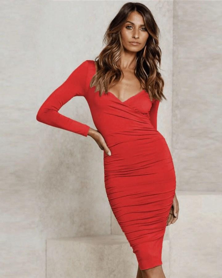 Sukienka Czerwona Ołówkowa z Odsłoniętym Dekoltem Midi