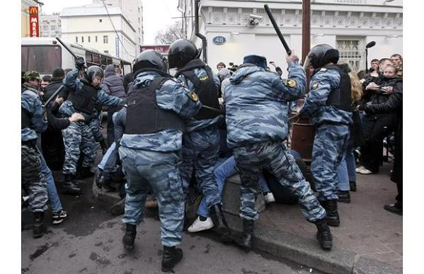 Riots in Russia after nationalist protesters give Nazi ...