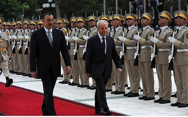 Israeli President Shimon Peres (R) and Azeri President Ilham Heydar oglu Aliyev take part in the official welcoming ceremony at the presidential palace June 28, 2009 in Baku, Azerbaijan
