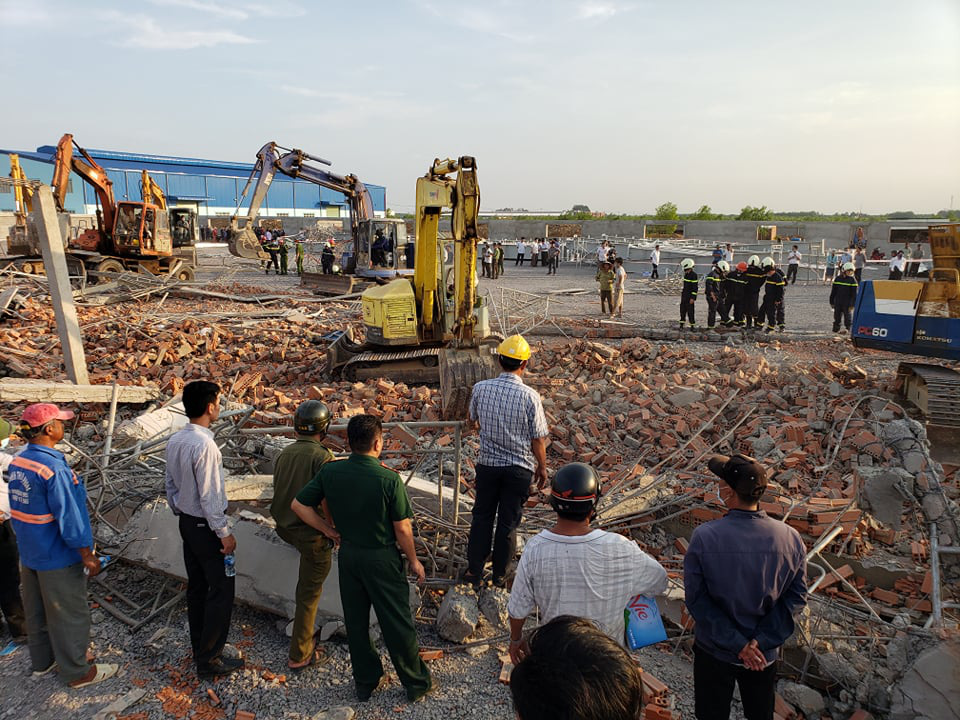 <em>Police officers arrive at the construction site where a wall collapsed in Dong Nai Province, Vietnam, May 14, 2020</em>. <em>Photo:</em> Son Dinh / Tuoi Tre