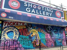 Shooting galleri med flot maleri der viser Coney Island minder