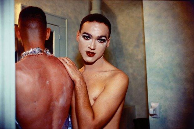 Jimmy Paulette e Tabboo! se despindo, Nova York, 1991 © 2020 Nan Goldin