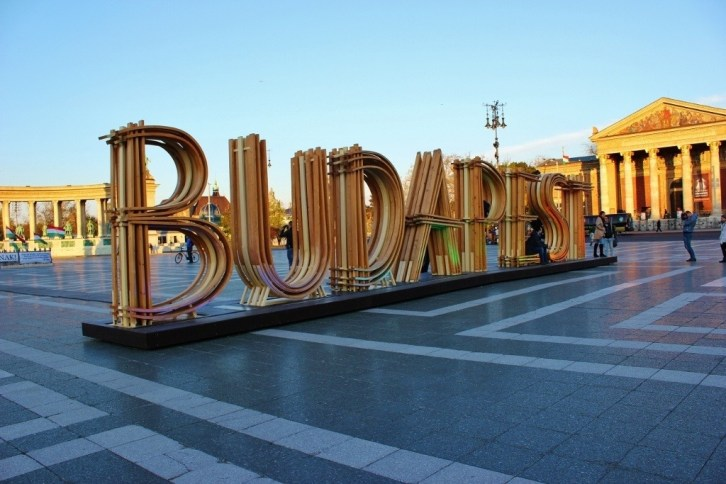 Budapest's City Park: Current artwork at Heroes' Square