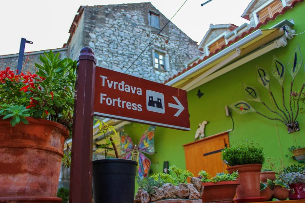 Sign pointing the way to the hilltop fortress in Skradin, Croatia