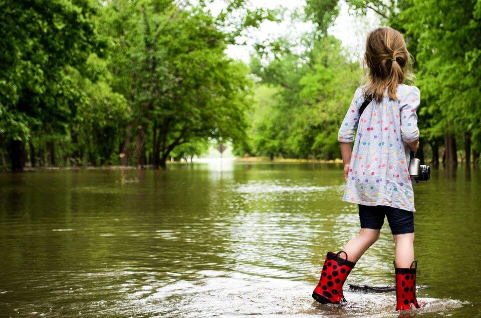 enfant qui marche dans l'eau