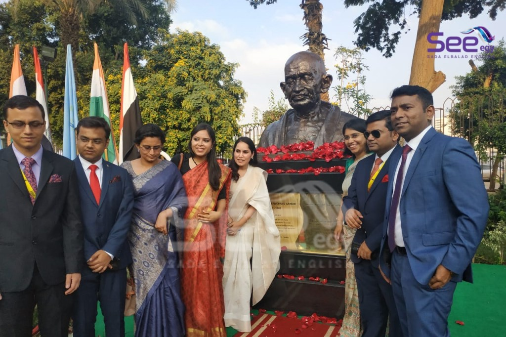 Indian Community take photos with Ghandhi