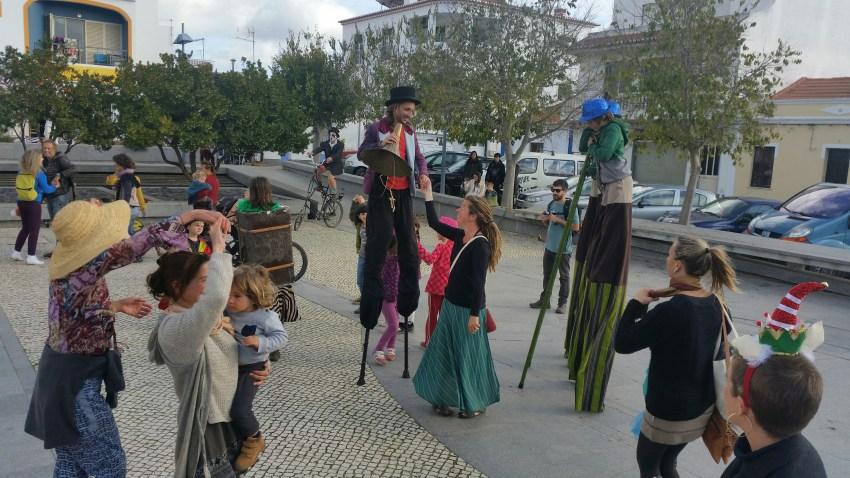 zirkus markt tanzen stelzenmann