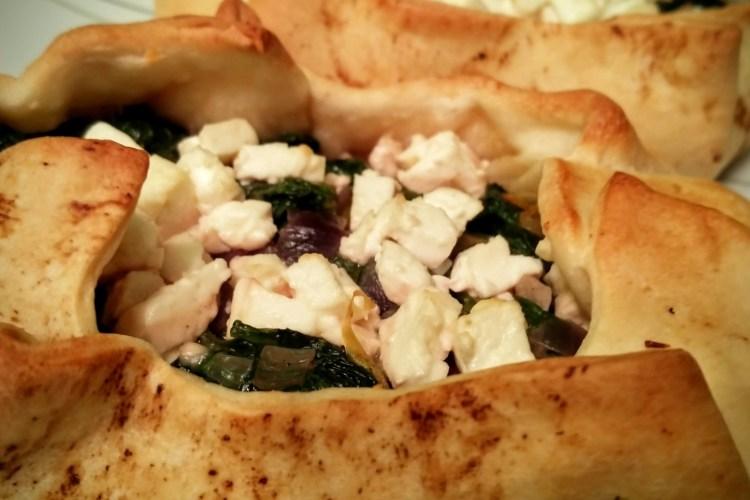 Türkische Pide-Pizzen mit Spinat und Feta