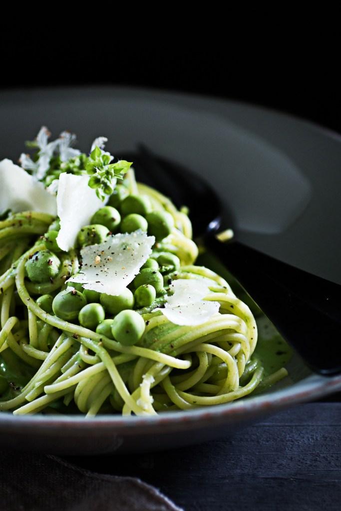 Vegetarische grüne Pasta mit Schafsricotta, Spinat und Erbsen