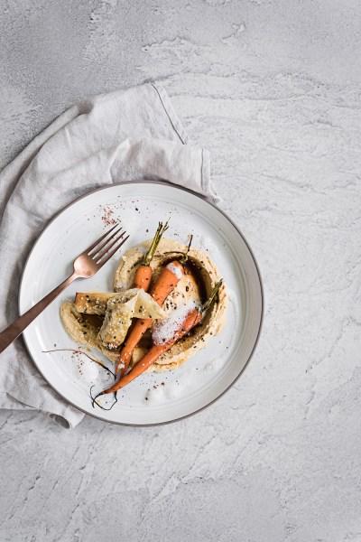 Knuspriger Feta mit Sesam Honig Karotten und Hummus | seelenschmeichelei.de