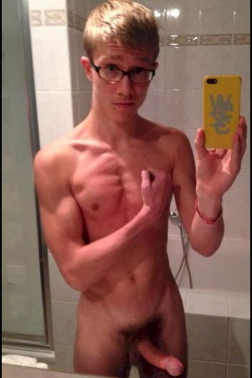 Nerd gay with perfect body