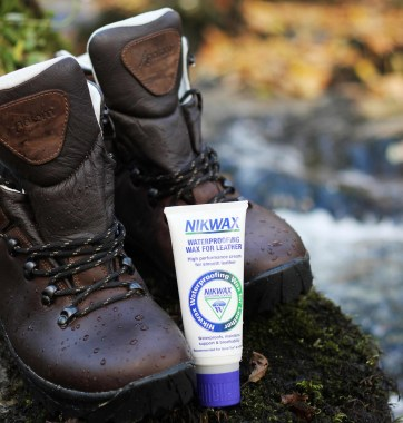 Waterproof-wax-for-leather-with-boots_1