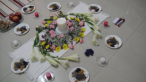 (春分主祭壇全貌,粉紅色以及白色的蠟燭正好象徵女神的能量,六芒星則是帶來療癒力的圖形)