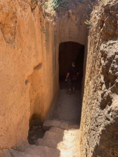 走入陵墓入口