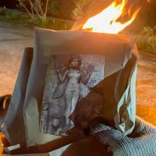 儀式結束後,還要燒去本次儀式中每一位參與者使用的個人符牌、藥草、女神像,以及奉獻的麵包(!),才是圓滿結束。 如果選擇不寄回女神符牌,你的女神符牌也會在這裡一起燒掉喔。