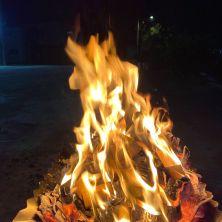 深夜,熊熊燃燒中的符牌與藥草們。也許是母親的溫柔,茱諾的火焰溫暖而不炙人,是我們可以依偎在旁的溫度;與熱情有力無法靠近的伊娜娜相比真是不一樣!