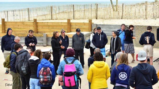 Jérôme qui donne les explications concernant la sécurité des see surfeurs et les conditions de surf pour la journée
