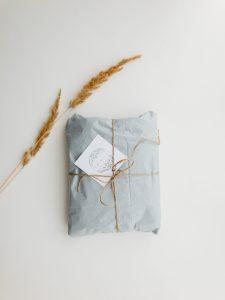 paquet en papier noeud ficelle