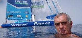 Loïck Peyron ist immer für einen Spaß zu haben. Kurz vor den Sieg beim Barcelona World Race nimmt er noch einen Bad bei Flaute. © FNOB