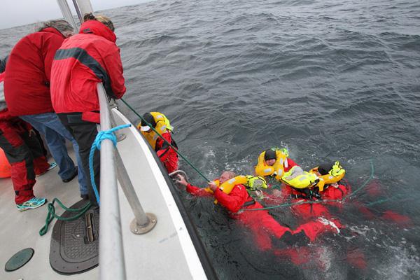 """Die """"Rambler""""-Crew wird von Seenotrettern aufgenommen. Fünf Segler trieben im Wasser. © Richard Langdon"""