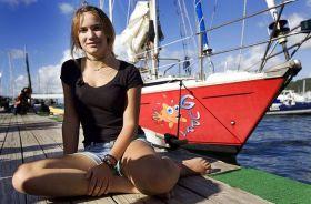 Auf See zur Frau geworden. Laura Dekker vor ihrer Jeanneau Gin Fizz.  © lauradekker.nl