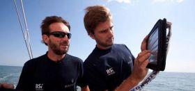 Navigator Boris Herrmann zeigt seinem Skipper Giovanni Soldini die aktuellen Daten. © Maserati