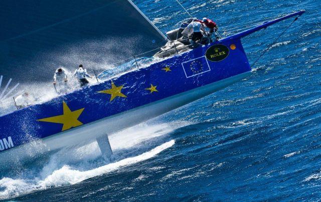 `Esimit Europa 2´ hebt eindrucksvoll in einer Welle ab. Das Canard-Schwert ist zu sehen, das dem Neigekieler gegen die Abdrift hilft. © Rolex