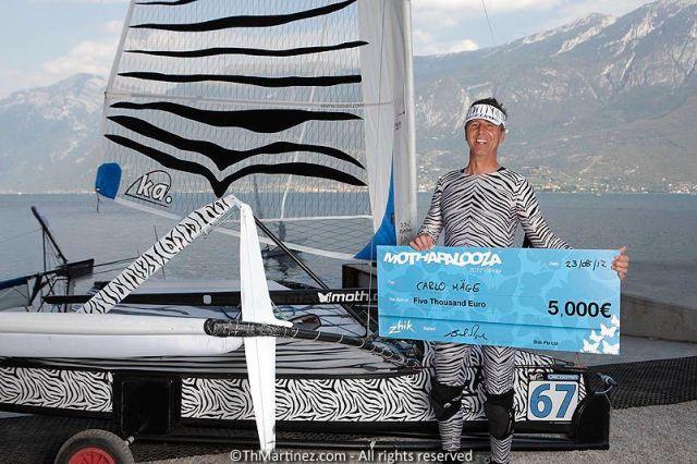 Carlo Mäge mit Design-Siegerscheck vor seiner Zebra-Motte.  ©Th.Martinez/Sea&Co