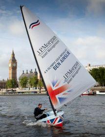 """Ainslie segelt seine """"Rita"""" als Dankeschön an die Fans über die Themse. © BAR"""