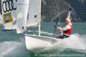 Elisabeth Panuschka reißt an der Fockschot. Sie sitzt seit dieser Saison bei Annika Bochmann im Boot. © FVR