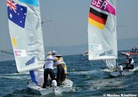 Friederike Belcher gratuliert ihrem Mann Matthew nach dem Gewinn der Goldmedaille im 470er. Kurz danach wird sie im Medalrace 3. © Marina Könitzer