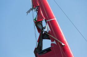 Der Wing von Luna Rossa Swordfish hängt in Fetzen nach einer Kenterung bei 25 Knoten im Vorstart-Duell. © Gilles Martin-Raget