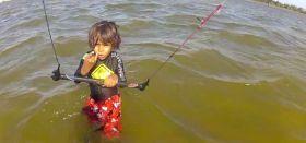 Der dreijährige Cauípe aus Brasilien versucht den Surfer-Gruß, bevor er wieder auf sein Brett steigt.
