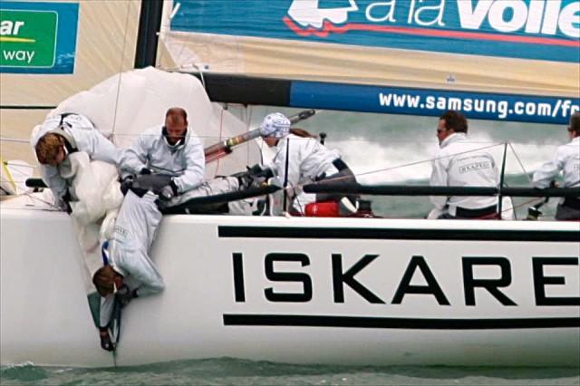 """Die hamburger M34 """"Iskareen"""" hat bei der Tour de France ihren Spi überfahren. Ein Crewmitglied versucht die Schot zu lösen. © Johannes Berg"""