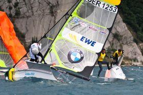 Tobi Schadewaldt mit Ersatzvorschoter Oliver Lewin in Nöten aber auch mit zwei Siegen. © SEIKO 49er