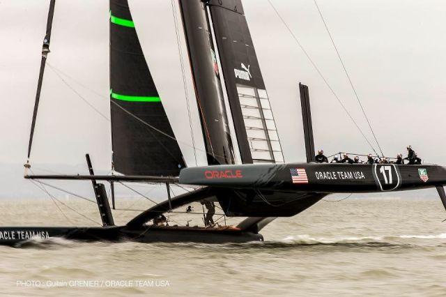 Der neue Oracle Katamaran erstmalig auf einem Bein. Gut zwölf Leute sind an Bord. © Guilain Grenier / Oracle Team USA