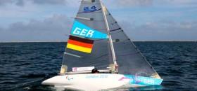 """Heiko Kröger mit seinem 2.4mR in Weymouth mit """"Kriegsbemalung"""". © onEdition"""