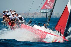 Das Schümann-Team knallt in eine Welle, hält vor Valencia aber gut mit. © Xaume Olleros/52 Superseries