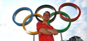Simon Grotelüschen vor den Olympischen Ringen in Weymouth. © Grotelüschen