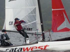 Flo Spalteholz zeigt seine Technik beim Segel setzen an Bord von Neu-Einsteiger Jan-Eike Andresen © CCFF