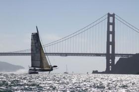 Hydroptère im Stand-by-Modus vor der Golden Gate Bridge © Thomas Lesage