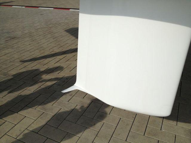 """Die Konkurrenz der """"Modernen"""". Gerader Kiel mit beweglicher Trimmklappe an der Achterkante und kleinen Flügeln darunter. © SegelReporter"""