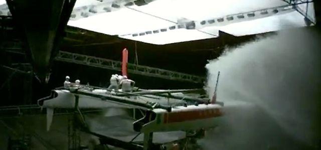Der Wasserstrahl zielt auf die Crew mit ihrem bockenden Boot.