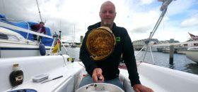 Pfannekuchen im Cockpit bruzzeln. Guckt da jemand neidisch vom Nachbarschiff? © Digger Hamburg